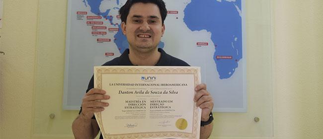 Aluno bolsista de Florianópolis, Santa Catarina (Brasil) e bolsista da FUNIBER do Mestrado em Direção Estratégica, fala sobre a sua experiência estudando a distância.