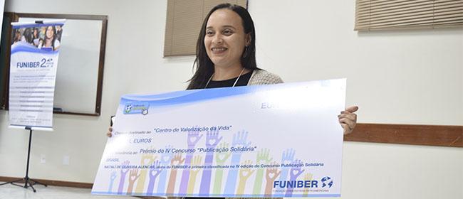Natalí de Oliveira Alencar recebe prêmio pela primeira colocação do IV Concurso Publicação Solidária no III Encontro de Educação